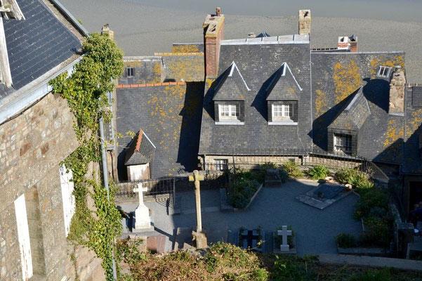 Auch einen kleinen Friedhof gibt es auf dem Mont-Saint-Michel .