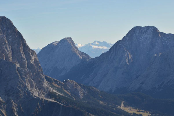 Hohe Munde und Hohe Wand, dahinter wohl Tuxer Alpen
