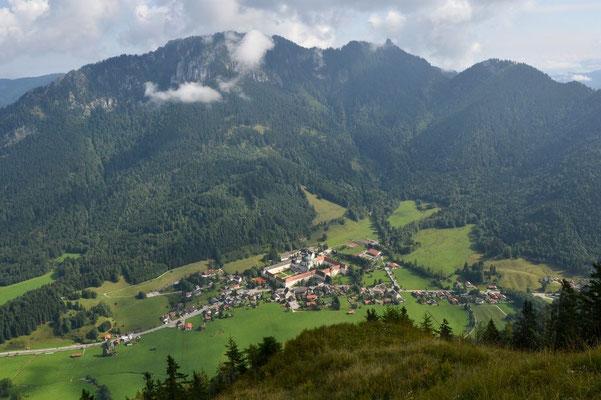 Der Blick zurück ins Tal nach Ettal zeigt, dass schon ordentlich Höhe gewonnen ist.