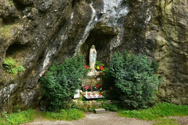 … vorbei an Heiligen in Grotten …
