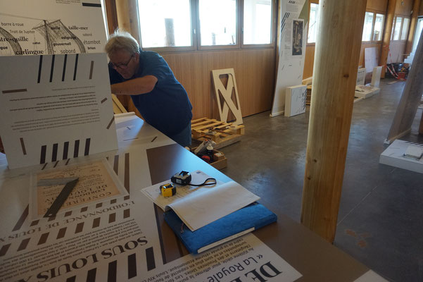 Montage de l'exposition : notre scénographe Silvio Crescoli en pleine installation