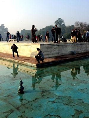 Touritsen beim Posen, Taj Mahal, Agra, Indien