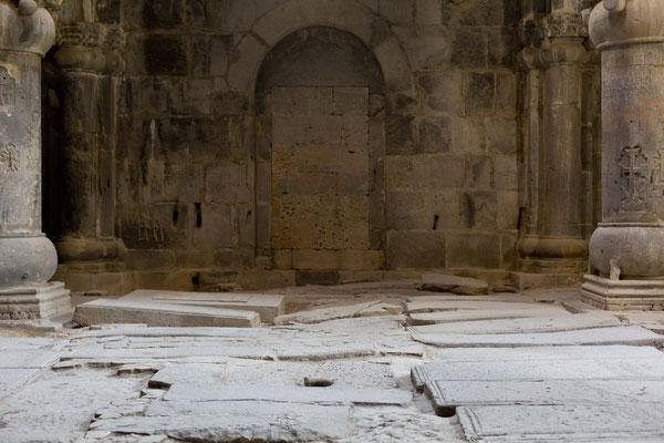 Gräber auf dem Kirchenboden, Kloster Sanahin, Alaverdi, Armenien