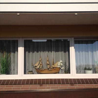 Modellshiff im Fenster auf Helgoland