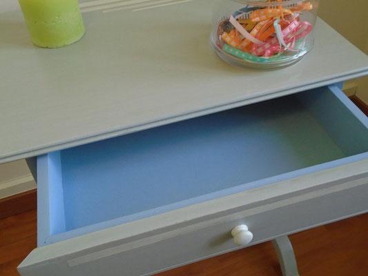 Petit bureau peint en gris perle