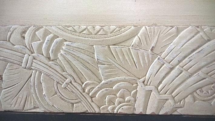 Détail de relief usé et patiné en ombre calcinée