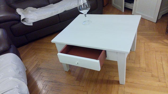 Table basse usée légèrement