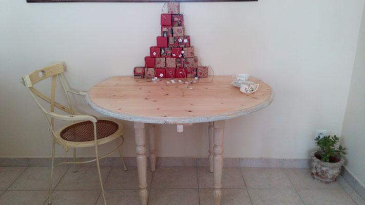 Table qui a retrouvé son plateau en bois naturel