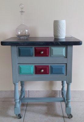 Petit meuble avec tiroirs colorés