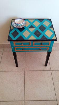 Joli petit meuble peint et vieilli