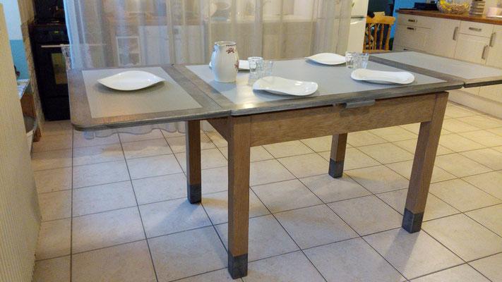 Table repeinte en gris patiné avec effet métal patiné