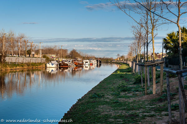 In diesem Abschnitt des Canals bei Villeneuve-lès-Béziers wurden schon wieder Bäume angepflanzt