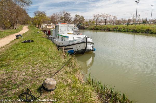 Dieses Jahr hieß unser Boot Picampois. Man sieht außerdem den zusammengeklappten Mouchewagen und eine sich freudig schubbernde Briana...