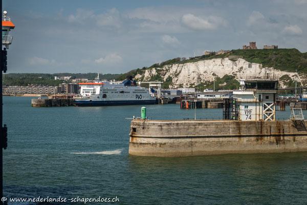 Einfahrt in den Fährhafen mit Blick auf Dover Castle