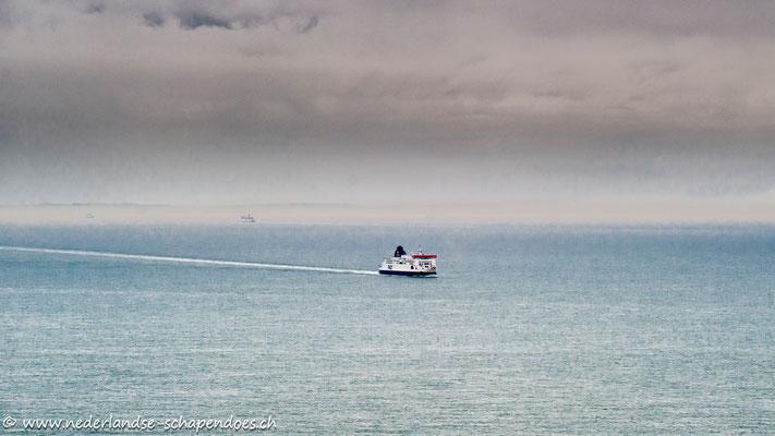 Abends: Noch immer fahren die Fähren fleißig von und nach England