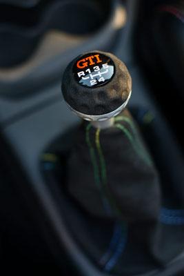 Natürlich wurde auch der originale GTI-Schaltknauf in Alcantara bezogen.