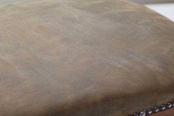 Der Hocker im Detail. Die Oberfläche des Leders ist nicht geschützt und bekommt mit der Zeit eine schöne Patina.