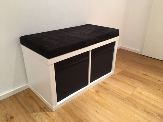 Sitzbankauflage für ein Ikea Kallax in schwarzen Alcantara.