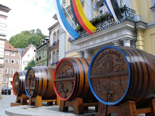 Bierfäßer zum Bierfest vor dem Rathaus