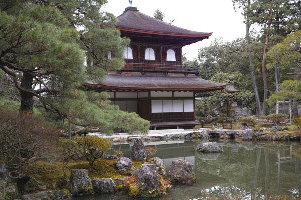 銀閣寺までの坂道はちょっと辛い。幽玄の世界がそこに広がる。
