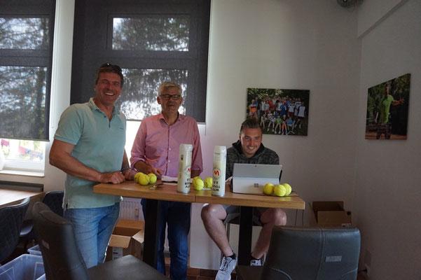 Die Präsis Dirk Schott (TCK), Burkard Kuhn (TTC) und Turnierleiter Nico Otterpohl  (TCK)