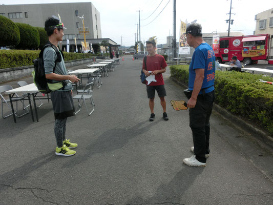 公演前に、それぞれ集まった武士たちと待ち合わせ。妙円寺詣り、我ら自転舎。
