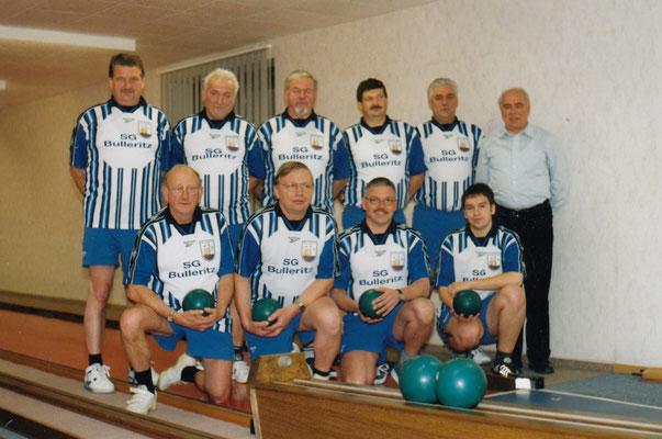von links nach rechts: hinten: Konrad Zinke, Erich Höntsch, Wolfgang Lindner, Dietmar Mager, Bodo Knöbel, Konrad Heinze (Sponsor der Mannschaft) hockend: Reiner Hermann, Werner Gahrig, Andreas Plutra, Nick Krause
