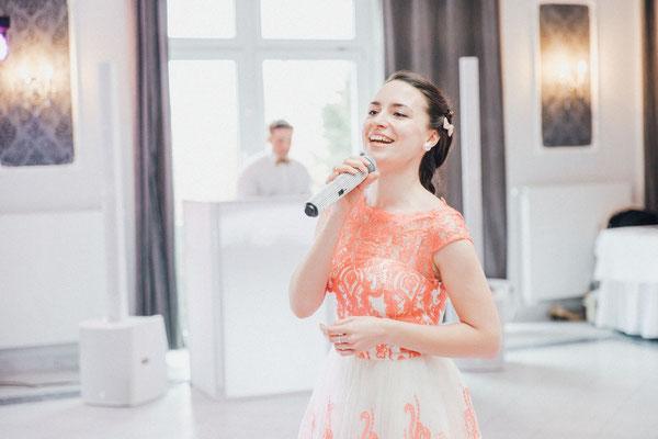 Hochzeitsmoderatorin und Sängerin