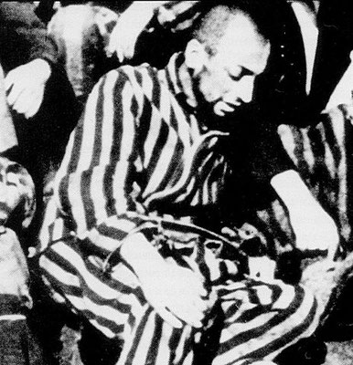 Dernière photographie connue de Robert Desnos au camp de Terezin, 1945.  Source : Archives Desnos. Auteur : Menerbes