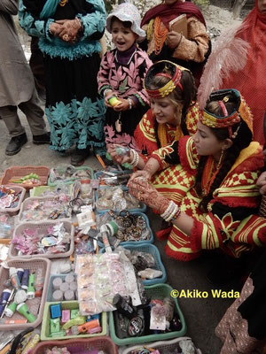 出店も出ていたが、麓の町で10ルピーの品物が、30ルピーで売られていた。