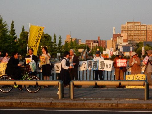 雨の日も風の日も、毎週金曜日の夕方、県庁前の栄橋で「さよなら原発」の声を上げる。