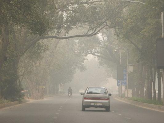 The mall road in the center of Lahore. ラホールの中心部のマール通り
