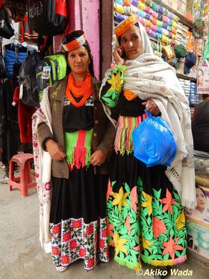 町でばったり会ったボンボレットの親戚の女性たち。左の服の刺繍はムスリム女性にお金を払って刺繍したもの。 右の服は手廻しミシンで毛糸で刺繍したもの。