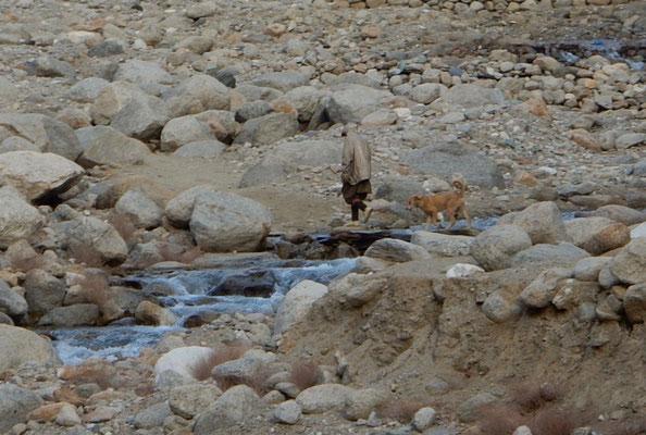 1月末。ダジャリの後をついて山羊の放牧に向かう