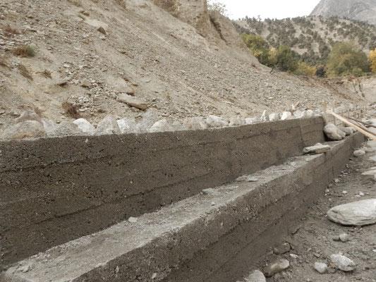 上流地に建設中のバンダラ氏援助の堤防