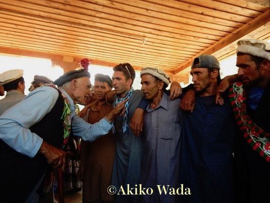 ルンブール谷の宗教的長老パラワンが若者達に歌を教える