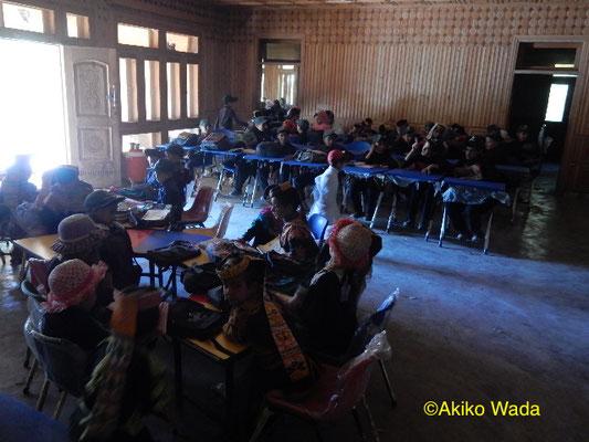 一年間の仮の小学校。建物自体はホテルにできそうなものだが、電気はない、窓も壊れているなど教室には不向きだ。