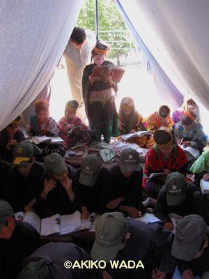 小学校は2年前土石流で全壊したままなので、私たちが支援する教員ヤシールはテントで教える。