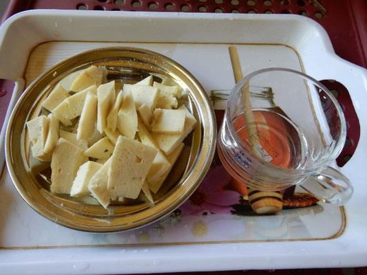 杏の焼酎と、ヌーリスタン人に注文して作ってもらったチーズがもてなされた