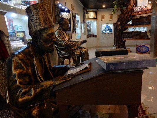歴代の詩人や小説家の像が並ぶ