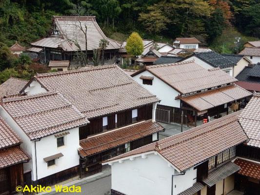大森町の家並み。島根県の瓦は非常に艶があり、葺き替えたばかりに見えるが、何十年前のものらしい。