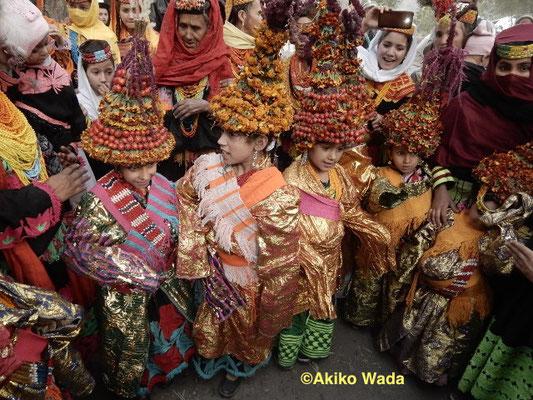 プー祭独特の目玉は、女児の通過儀礼だ。花や実で美しく飾ったソーリャックという帽子を被り、ガウンを着て、チーズとクルミが挟まったパンを懐に入れて、少しの間踊る。