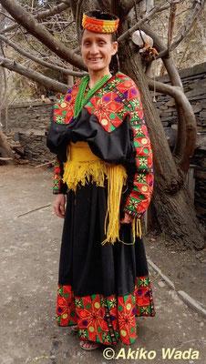 5000ルピー分の刺繍シートを縫い付けた服