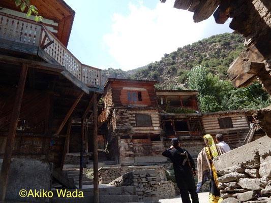 踊り場があるクラカル村の中心部