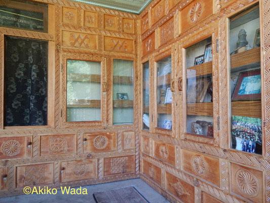 ベランダの飾り戸棚はヌーリスタン人大工による彫刻が施されている