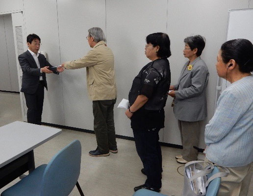「さよなら原発・佐賀連絡会」の代表・豊島先生が「再稼働容認撤回ほか」の要望書を佐賀県知事に提出