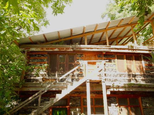 1階クラフト創作室、2階自室側から見たトタン屋根。