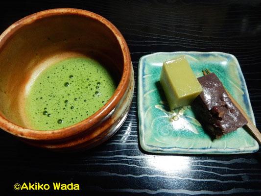 Nさんのお宅で抹茶とホームメイドの羊羹、おいしかった。ケーキよりもやっぱ、和菓子が好きだ。