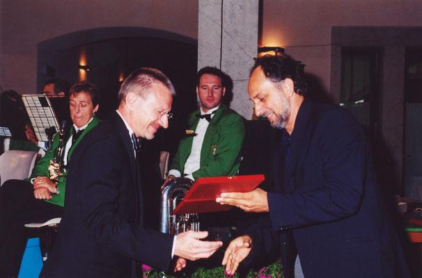 l'Assessore Luigi Marino premia il Maestro Emiliano Gusperti