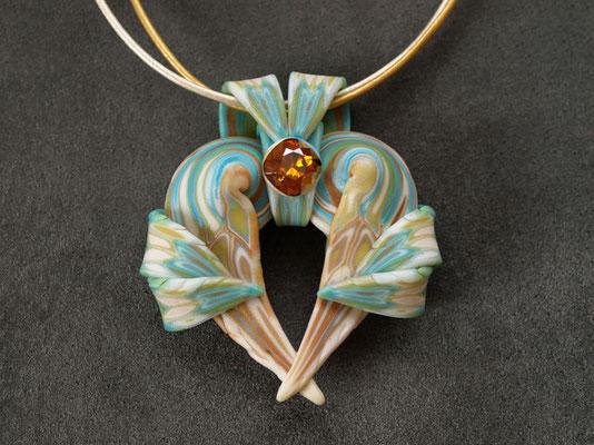 天使ペンダント2009-6 ポリマークレイ、ガラスビーズ 6.5×5.5×1.8cm 2009